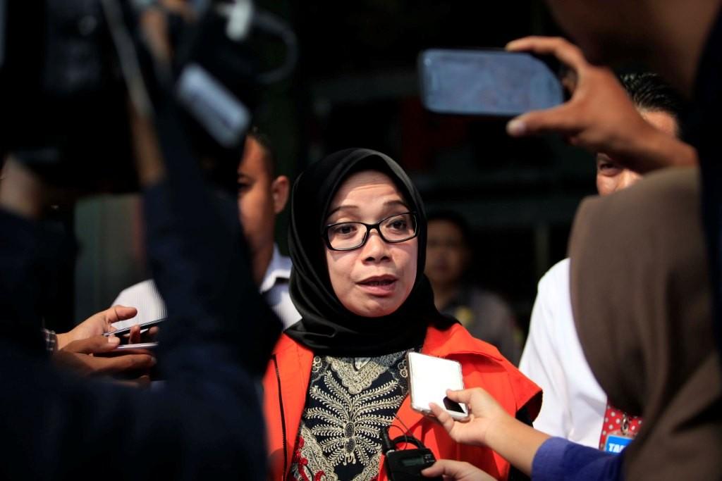 Tersangka kasus suap kesepakatan kontrak kerja sama pembangunan PLTU Riau-1 Eni Maulani Saragih menjawab pertanyaan wartawan seusai pemeriksaan di KPK, Jakarta. Foto: MI/Rommy Pujianto.
