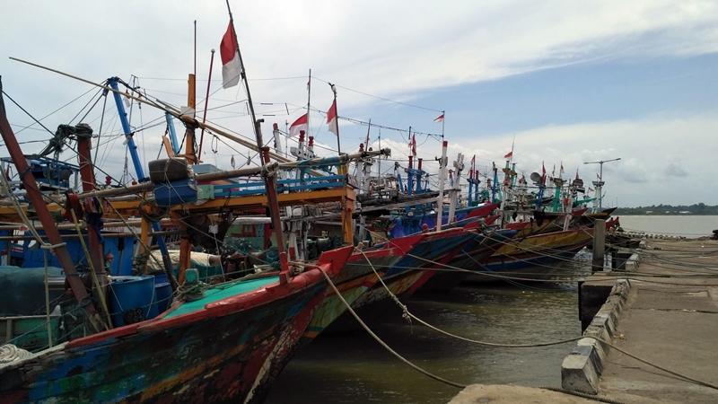 Kapal nelayan bersandar di Dermaga Kartini Jepara akibat gelombang tinggi. Medcom.id/Rhobi Shani