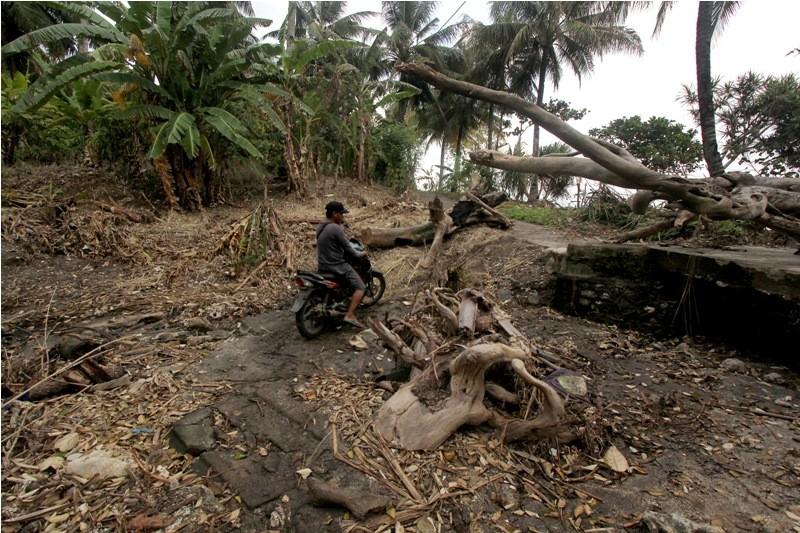 Dampak tsunami Selat Sunda di Dusun Tiga Regahan Lada yang diterjang tsunami di Pulau Sebesi, Lampung Selatan, Minggu (30/12/2018).
