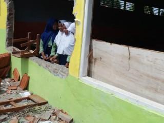 Ratusan Siswa Cirebon Tak Belajar karena Puting Beliung
