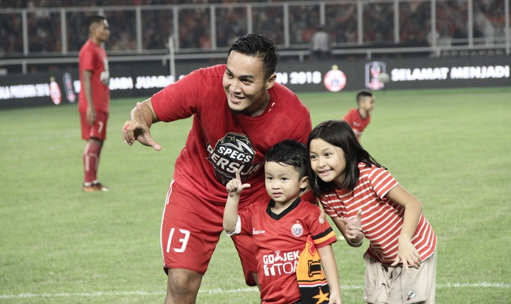 Gunawan Dwi Cahyo bersama kedua anaknya saat merayakan keberhasila Persija juara Piala Presiden 2018 (Medcom.id/Rendy Renuki H)