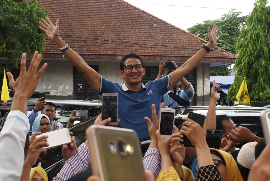 Calon Wakil Presiden nomor urut 02 Sandiaga Salahudin Uno menyapa pendukungnya di Ponorogo, Jawa Timur, Jumat (21/12/2018). ANT/Siswo Widodo.