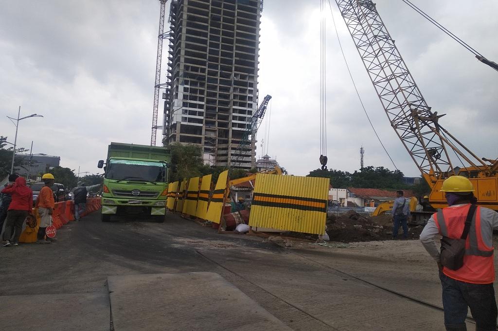 Pekerja masih memperbaiki Jalan Gubeng Surabaya, Rabu 2 Januari 2019, setelah jalan tersebut ambles pada 18 Desember 2018, Medcom.id - Hadi