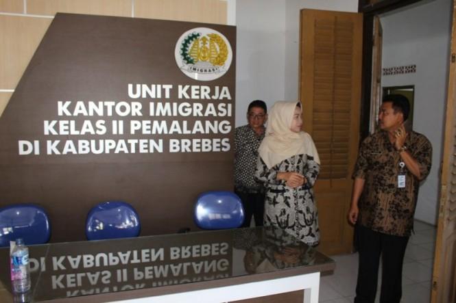 Bupati Idza Priyanti meninjau lokasi UKK Imigrasi di Brebes, Jawa Tengah, Rabu, 2 Januari 2019. (Medcom.id/Kuntoro Tayubi).