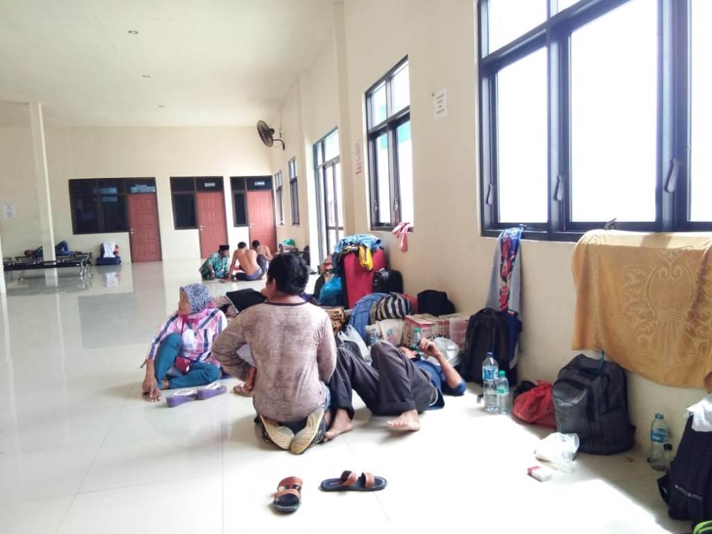 Calon penumpang kapal beristirahat di ruang tunggu Pelabuhan Kalianget Sumenep – Medcom.id / Rahmatullah