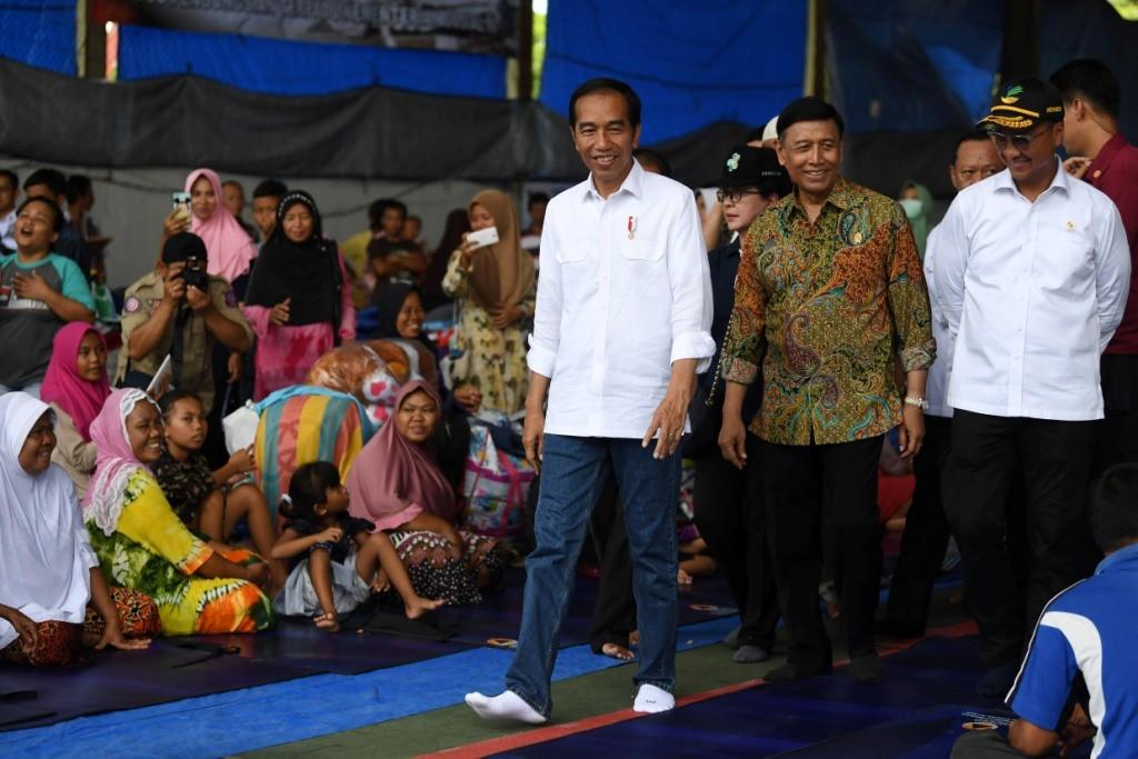Presiden Joko Widodo (ketiga kanan) mengunjungi penyintas tsunami Selat Sunda yang berasal dari Pulau Sebesi di GOR Kalianda, Lampung Selatan, Lampung. Foto: Antara/Wahyu Putro A.