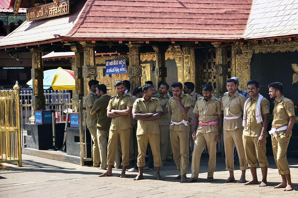 Polisi bersiaga di area kuil Sabarimala, Kerala, India, 2 Januari 2019. (Foto: AFP/STR)