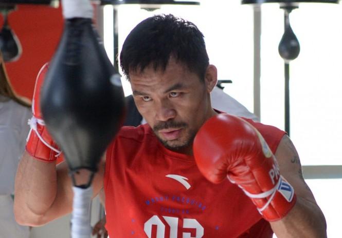 Manny Pacquiao sedang menjalani latihan untuk menghadapai Adrien Broner. (Ted ALJIBE / AFP)