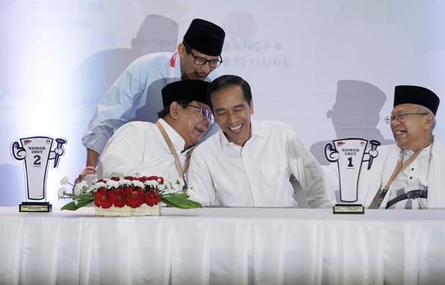 Pasangan Calon Presiden dan Wakil Presiden nomor urut 01 Joko Widodo (kedua kanan) dan Ma'ruf Amin (kanan) serta pasangan Calon Presiden dan Calon Wakil Presiden nomor urut 02 Prabowo Subianto (kedua kiri) dan Sandiaga Uno saling bercanda tawa. MI/ Ramdan