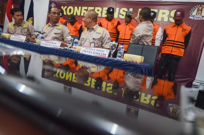 Warga negara asing (WNA) asal Nigeria yang diamankan beserta barang bukti ditunjukkan kepada awak media saat gelar perkara di Kantor Imigrasi Kelas I Bandung, Jawa Barat, Rabu, 2 Januari 2019.