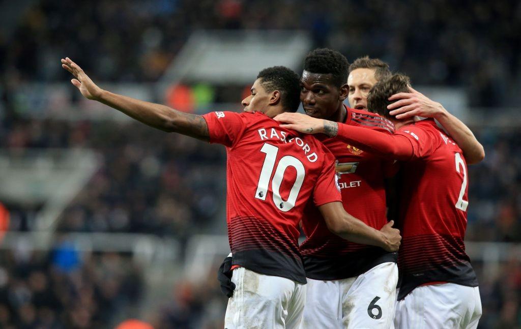 Para pemain United merayakan gol Marcus Rashford saat berduel dengan Newcastle United (Foto: AFP/Lindsey Parnaby)