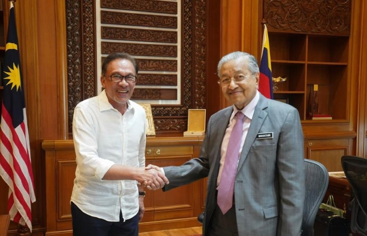 Anwar Ibrahim (kiri) dan PM Malaysia Mahathir Mohamad. (Foto: Twitter Anwar Ibrahim)