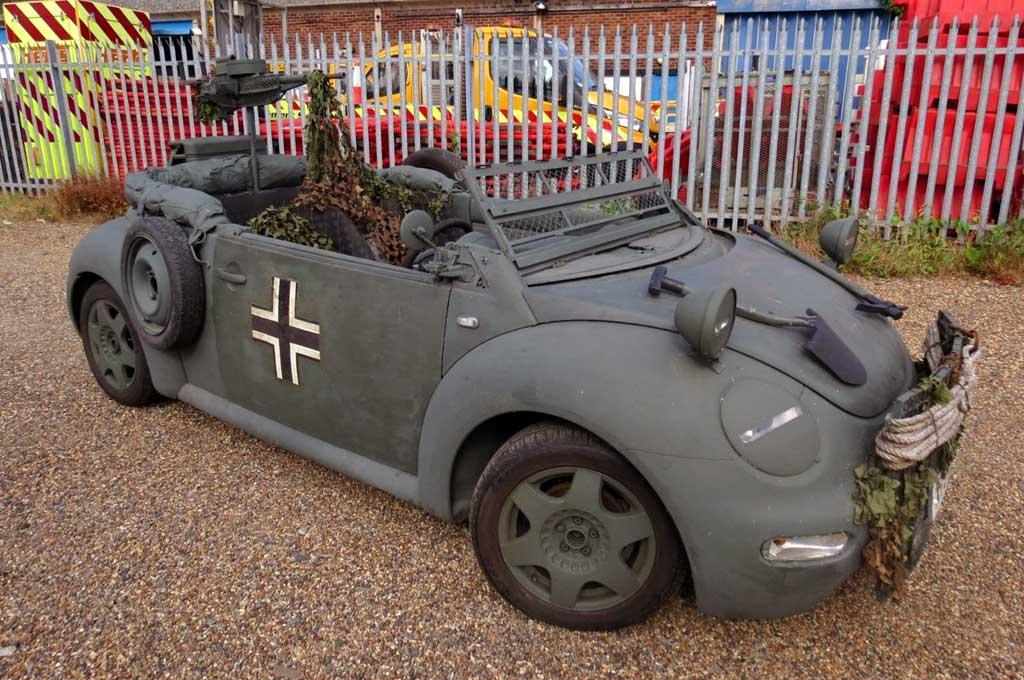 Modifikasi Volkswagen Beetle Cabrio ini terinspirasi Perang Dunia II. Carscoops