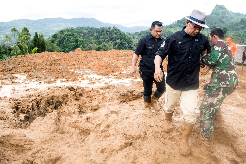 Gubernur Jawa Barat Ridwan Kamil mengunjungi lokasi longsor di kampung Cimapag, Desa Sirnaresmi, Kecamatan Cisolok, Kabupaten Sukabumi, Jawa Barat. (Foto: ANTARA/M Agung Rajasa)