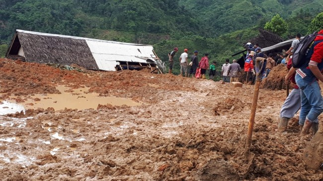 Tim SAR gabungan mengevakuasi jenazah korban longsor Cisolok, Sukabumi, Jawa Barat. Istimewa/BNPB