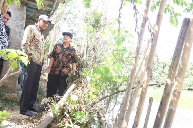 Wakil Wali Kota Bekasi, Tri Adhianto meninjau pergeseran tanah yang terjadi di Kelurahan Sepanjang Jaya, Kota Bekasi,  Jawa Barat. Istimewa