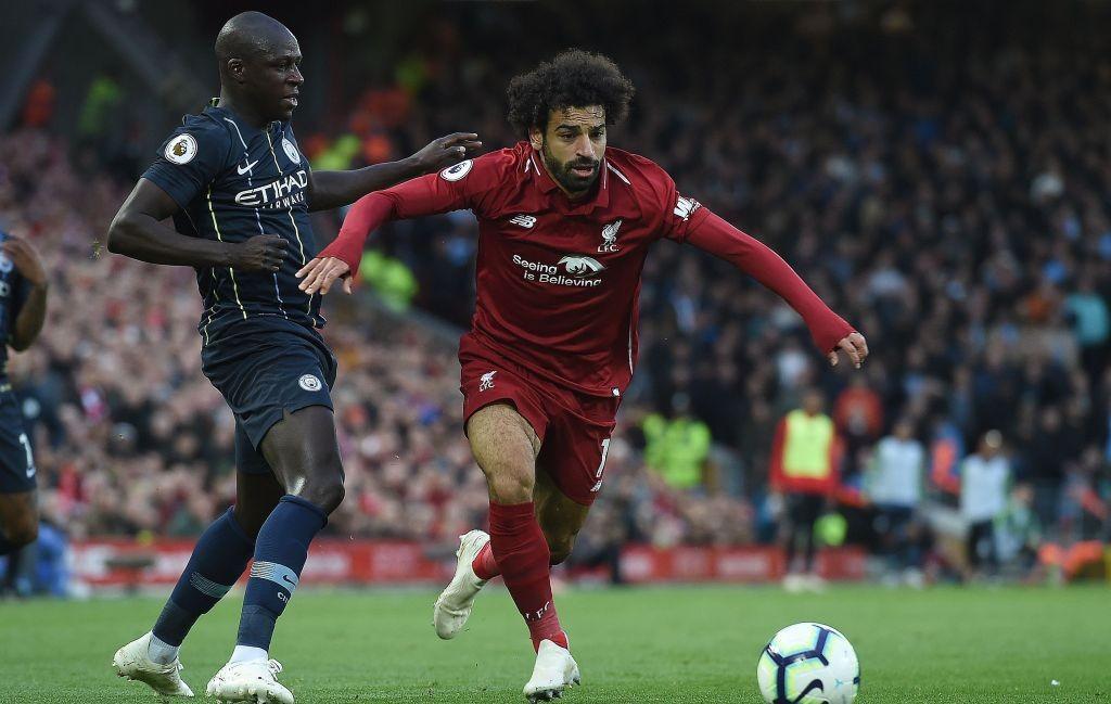 Momen saat winger Liverpool Mohamed Salah berduel dengan bek Manchester City Benjamin Mendy (Foto: AFP/Paul Ellis)