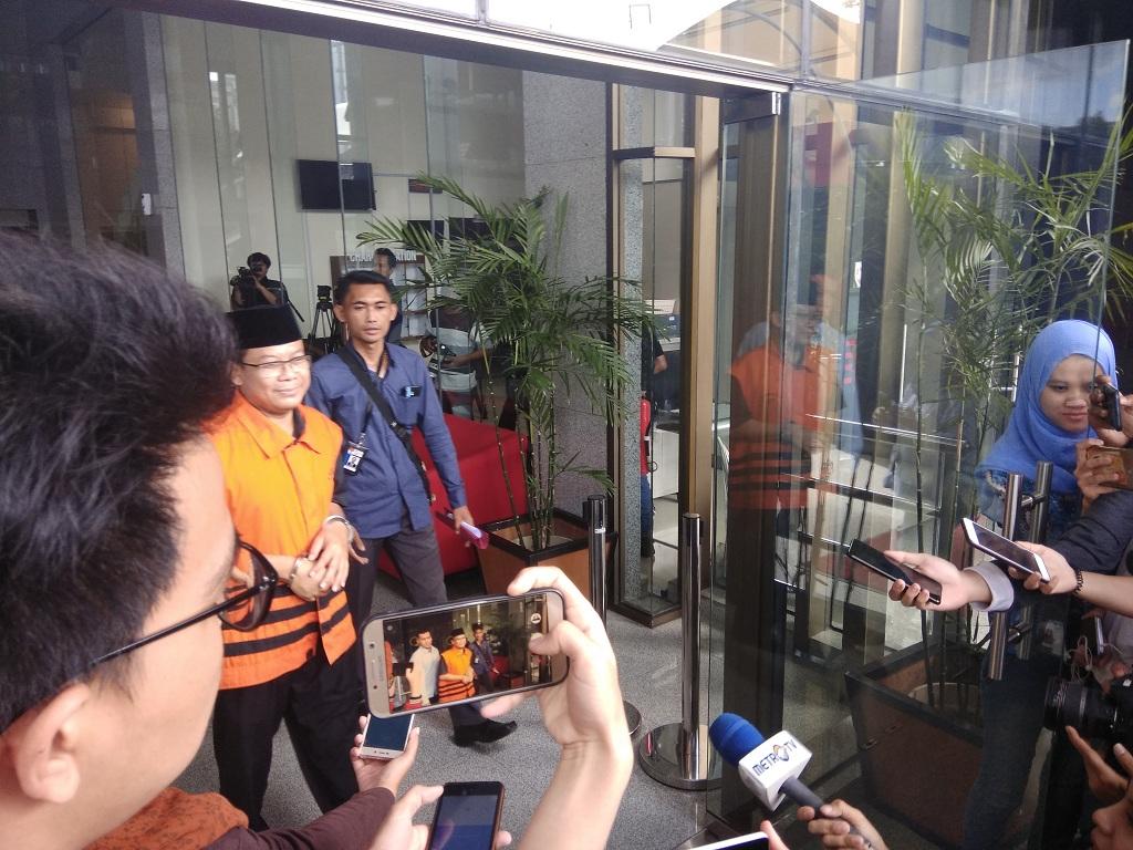 Tersangka kasus dugaan suap Taufik Kurniawan diborgol. Foto: Medcom.id/Fachri Audhia Hafiez.