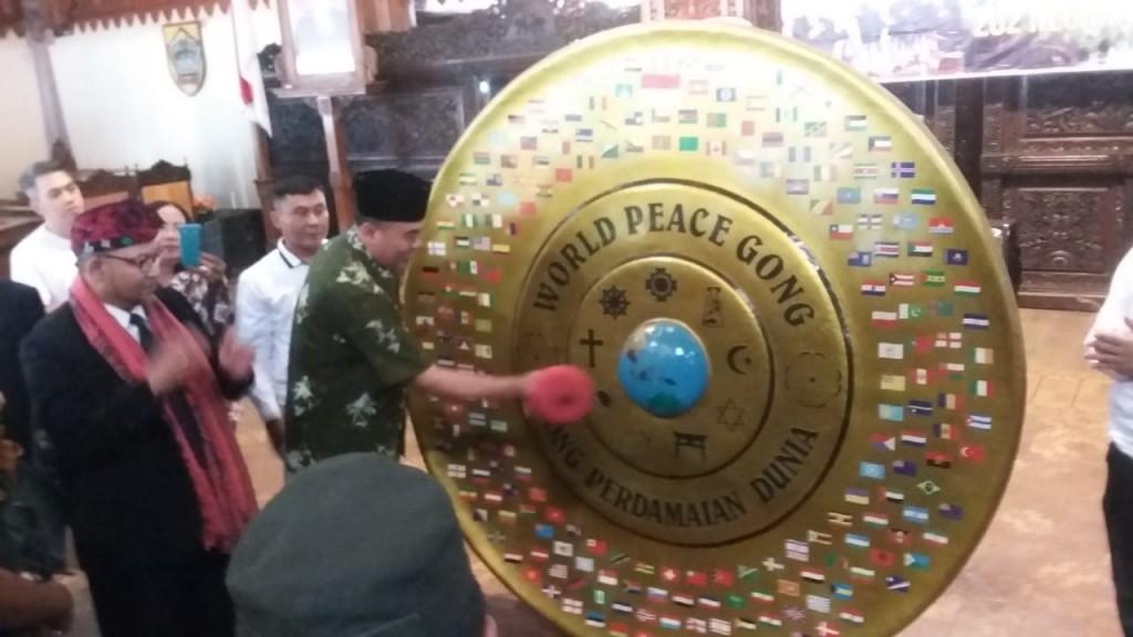 Bupati Jepara, Ahmad Marzuqi memukul Gong Perdamaian Dunia di pendapa Kabupaten Jepara. Medcom.id/Rhobi Shani