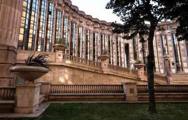 Kompleks apartemen dengan fasad yang terdiri dari kolom-kolom kaca tinggi ini memberikan kesan teater. AFP Photo/Lionel Bonaventure