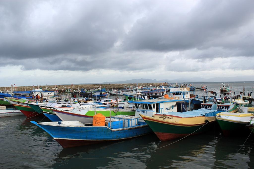 Nelayan menyelamatkan perahu mereka di sisi kanan tempat pelelangan ikan (TPI) Oeba di Kelurahan Fatubesi, Kota Kupang, Nusa Tenggara Timur. Foto: MI/Palce Amalo.