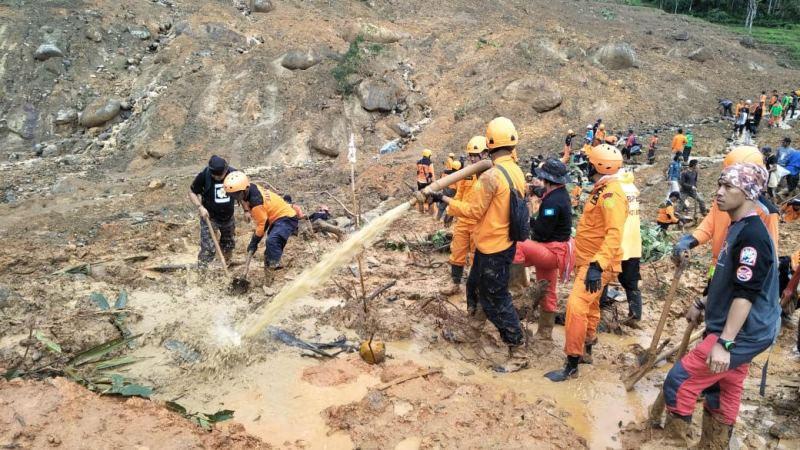 Petugas gabungan masih mencari 15 korban yang masuk dalam daftar hilang akibat longsor di Desa Sirnaresmi, Kecamatan Cisolok, Kabupaten Sukabumi, Jawa Barat, Kamis, 3 Januari 2019. Medcom.id/ Roni Kurniawan.