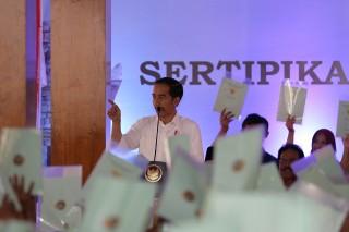 Jokowi Serahkan 2.500 Sertifikat Tanah untuk Warga Blitar