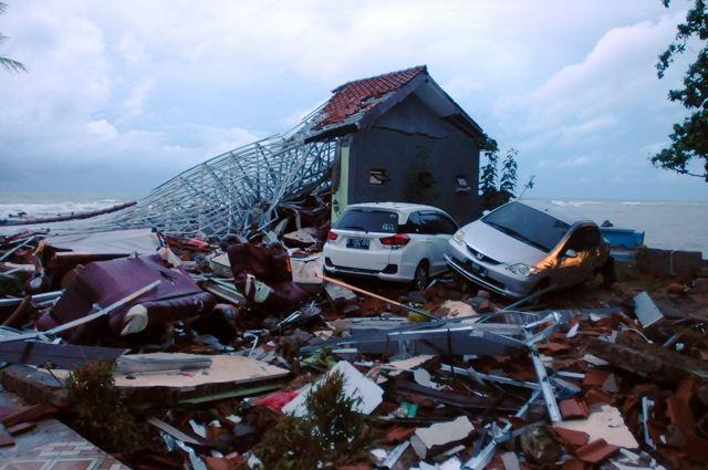 Puing bangunan dan mobil tak jauh dari bibir Pantai Anyer, Serang, setelah tsunami menerjang pada 22 Desember 2018 malam.. AFP Photo/Dasril Roszandi