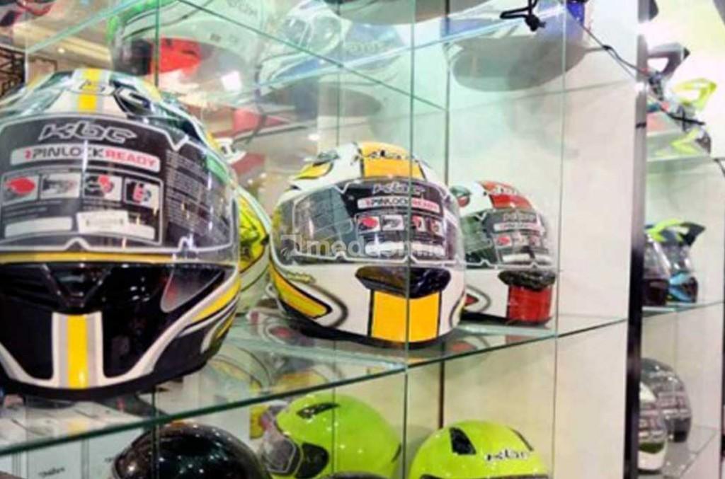 Pilih helm yang cangkangnya keras. Mecom.id/Ekawan Raharja