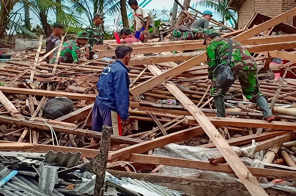 Prajurit membantu korban bencana alam tsunami di Bandarlampung, 23 Desember 2018, MI - Dwi Apriani