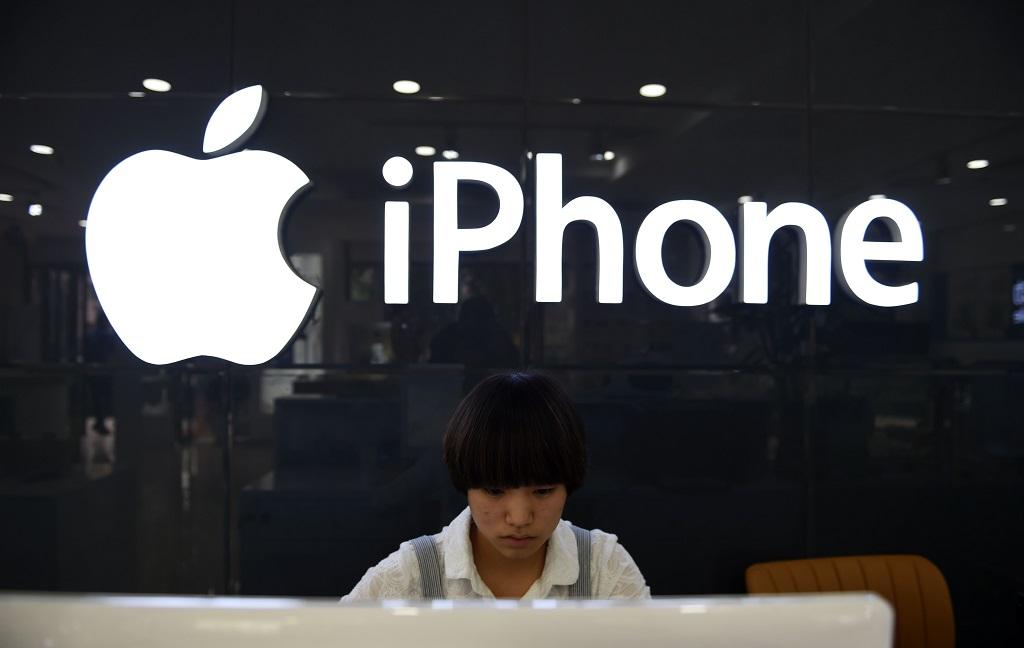 Saham Apple turun. (Photo by Greg Baker / AFP)