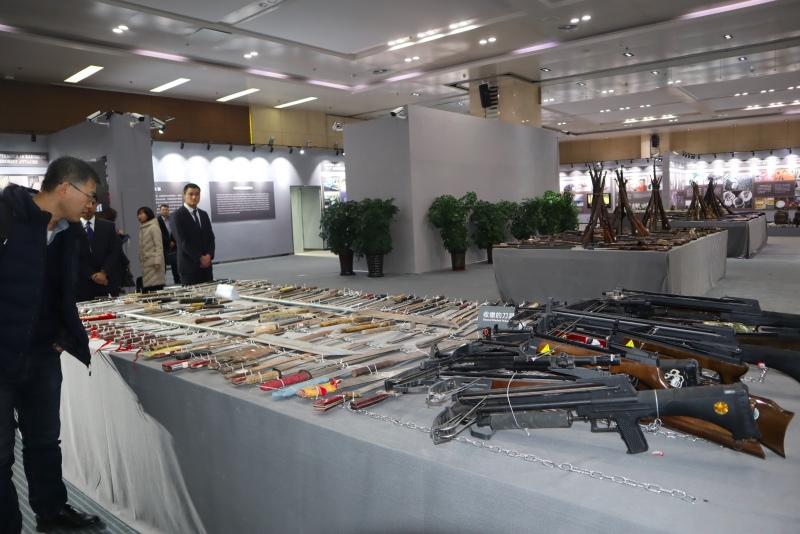 Pemerintah Xinjiang memamerkan senjata yang digunakan selama kekerasan dan bentrokan pada 1992-2015. (Foto: Antara/M.Irfan Ilmie).