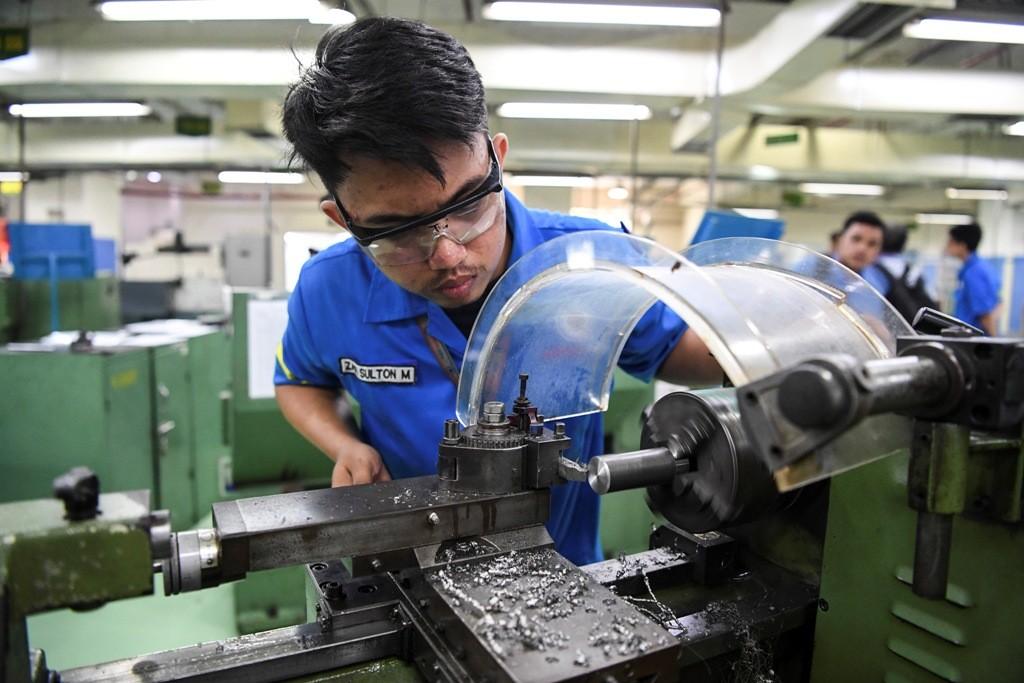 Mahasiwa Poman Astra mengikuti praktikum di Politeknik Manufaktur Astra, ANT/Hafidz Mubarak.