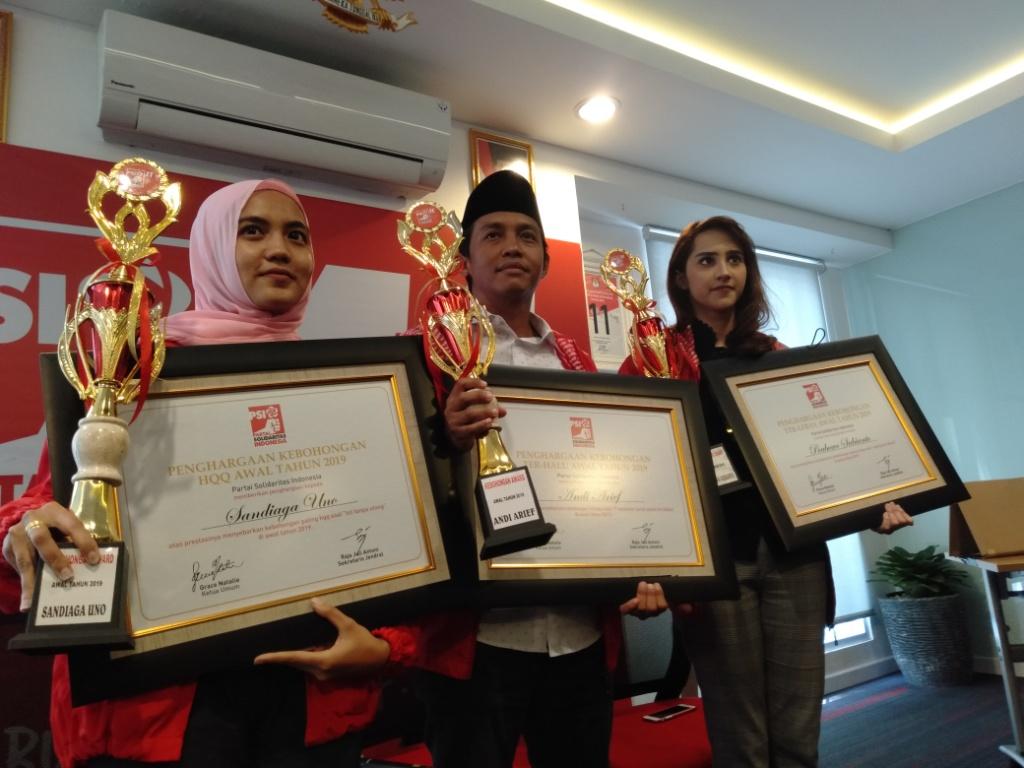 PSI memberikan piala Kebohongan Award kepada capres Prabowo Subianto, cawapres Sandiaga Uno, dan Wasekjen Demokrat Andi Arief. Foto: Medcom.id/Sunnahalomi Halakrispen.