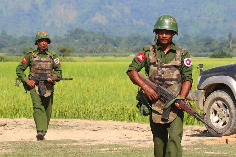 Militer Myanmar melakukan penjagaan di sekitar perbatasan. (Foto: AFP).