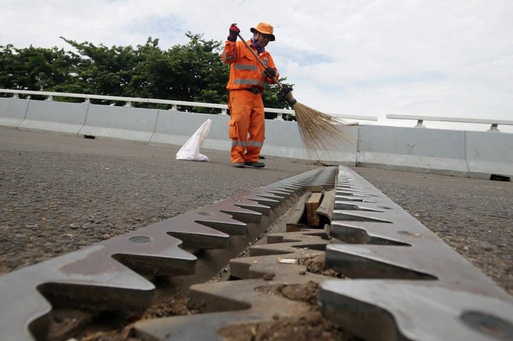Ilustrasi: Petugas kebersihan menyapu di lokasi retaknya flyover Cengkareng, Jakarta, Kamis (27/12/2018). Foto: Antara/Rivan Awal Lingga