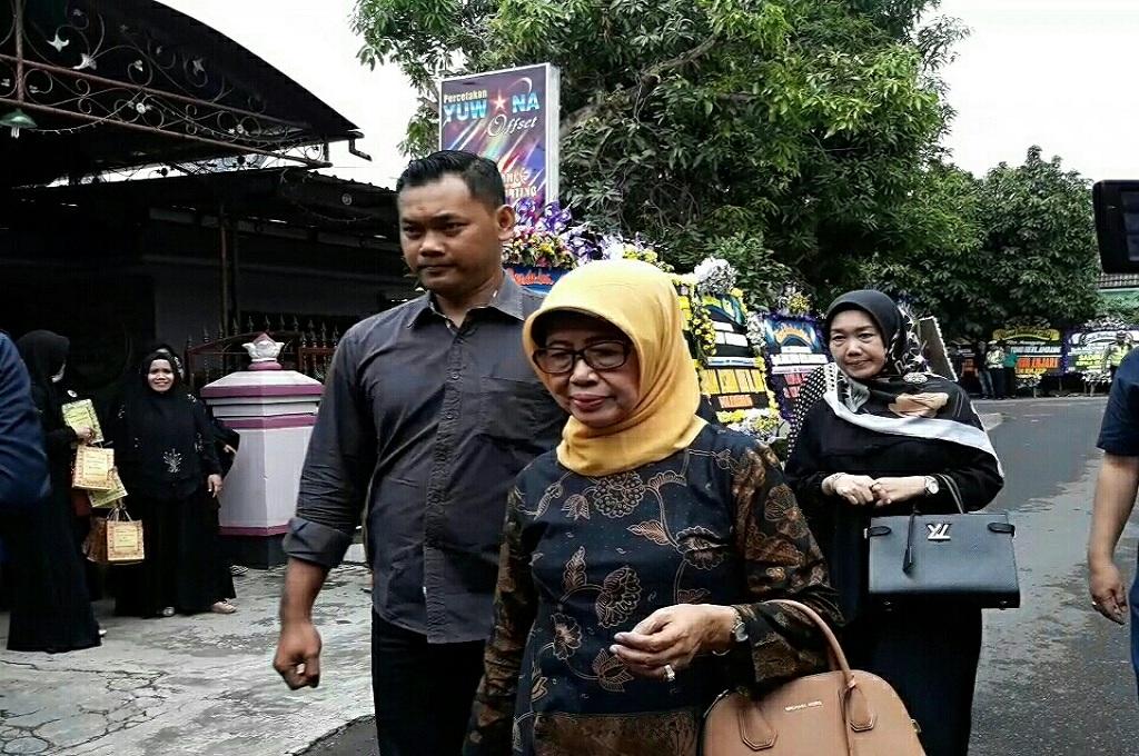 Sujiatmi (tengah), ibunda Presiden Jokowi, melayat pemakaman adik iparnya di Sukoharjo, Jumat, 4 Januari 2019, Medcom.id - Pythag