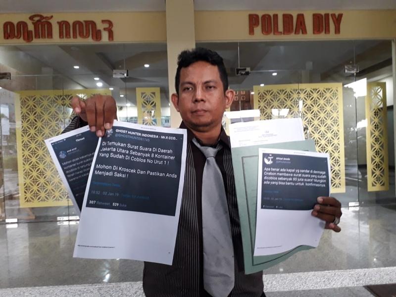 Anggota LBH SIKAP, Wahyudi Sapta Putra menunjukkan salinan status media sosial yang dilaporkan ke Polda DIY. Medcom.id/Ahmad Mustaqim