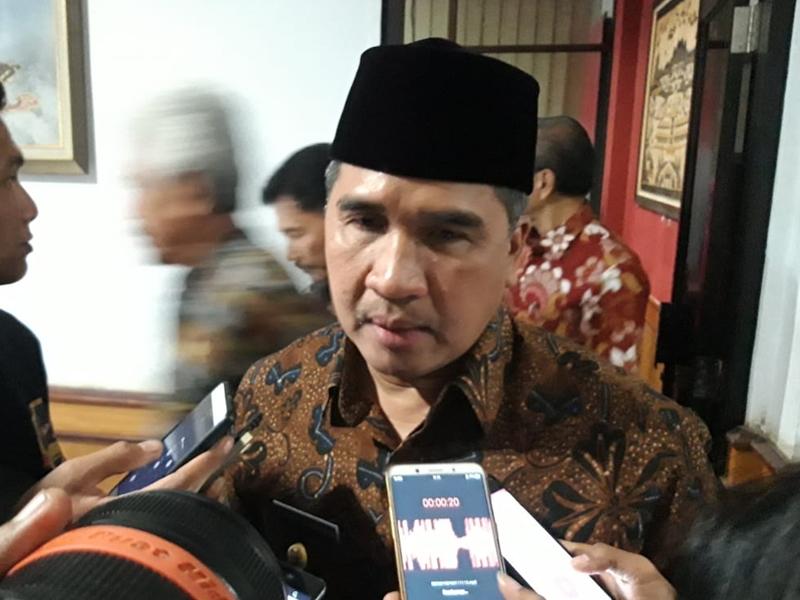 PJ Bupati Cirebon Dicky Saromi saat memberikan keterangan kepada wartawan. Medcom.id/Ahmad Rofahan