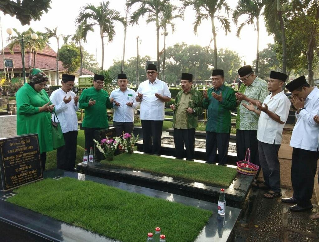 Sejumlah kader PPP ziarah makam ke sejumlah tokoh pendiri partai - Medcom.id/Siti Yona Hukmana.