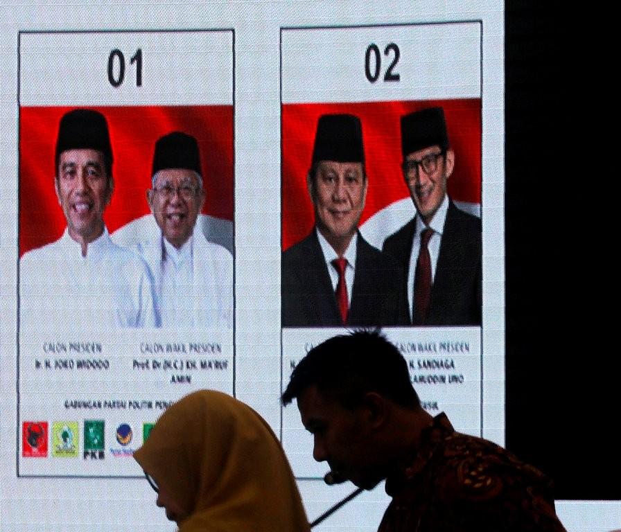 Petugas KPU menyiapkan peralatan untuk acara Validasi dan Persetujuan Surat Suara Anggota DPR, Presiden dan Wakil Presiden di kantor Pusat KPU, Jakarta. (Foto: ANTARA/Muhammad Adimaja)