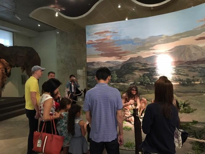Pengunjung melihat sejarah Indonesia - Medcom.id/Sonya Michaella.