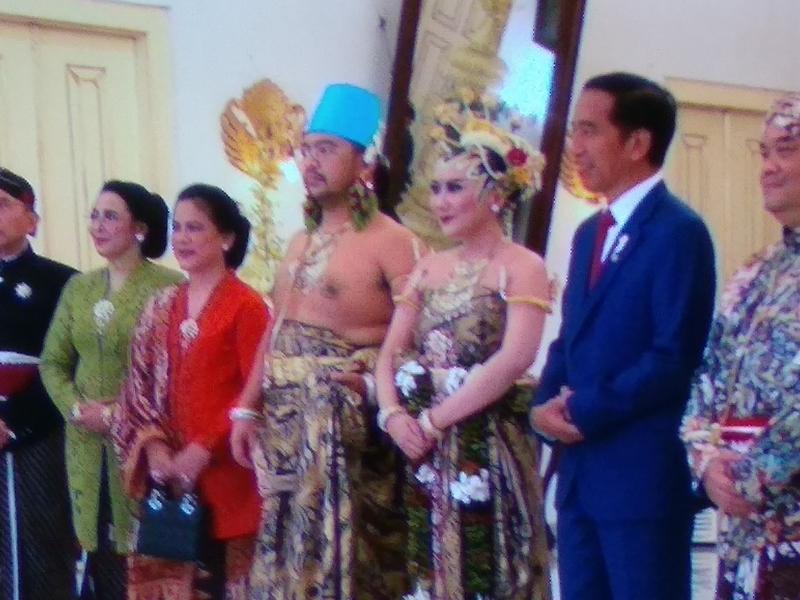 Presiden Jokowi (berkas biru) beserta ibu negara saat menghadiri pernikahan putra Paku Alam X. Medcom.id/Ahmad Mustaqim