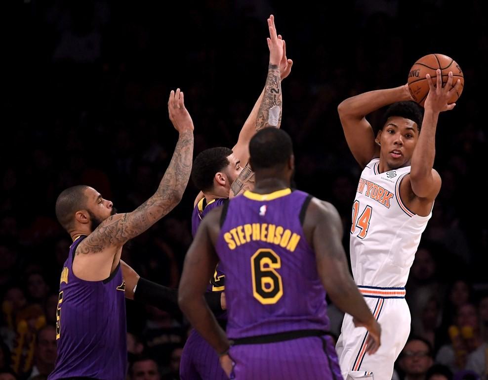 Pemain LA Lakers mencoba menghalangi pemain New York Knicks (AFP/Harry How)