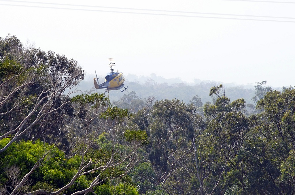 Helikopter penyiram air bertugas di tengah gelombang panas di Queensland, Australia, 28 Noember 2018. (Foto: AFP/ROB GRIFFITH)