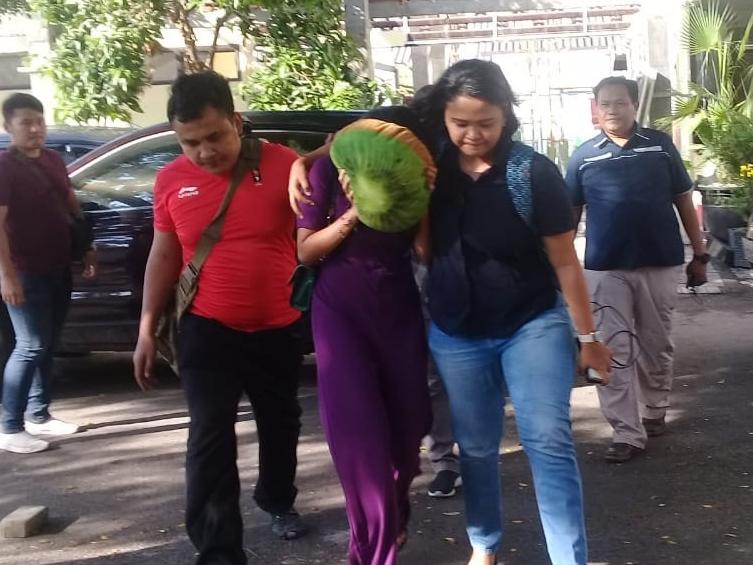 Subdit Siber Ditreskrimsus Polda Jawa Timur mengamankan lima orang diduga terlibat kasus prosititusi online di Surabaya. Medcom.id/Amaluddin