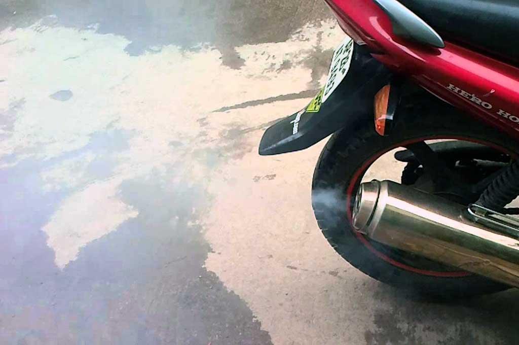 Asap yang keluar dari knalpot, pertanda sepeda motor 4-tak tidak sehat. YouTube