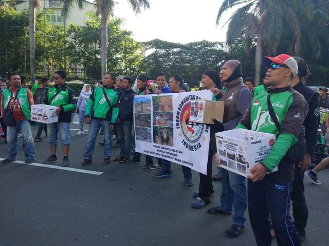 Penggalangan dana korban bencana oleh Forum Komunitas Driver Online Indonesia (FKDOI) pada car free day, Minggu (6/1). Foto: Medcom.id/Annisa Ayu Artanti
