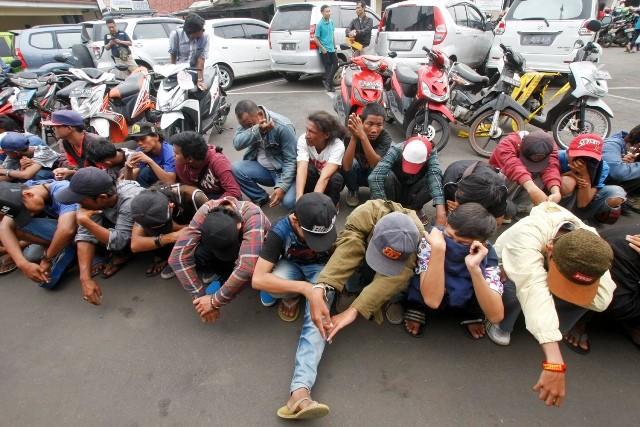 Ilustrasi. Polisi menunjukkan puluhan preman usai melakukan razia di Polresta Depok, Depok, Jawa Barat, Selasa (6/12). Foto: MI/Bary Fathahilah