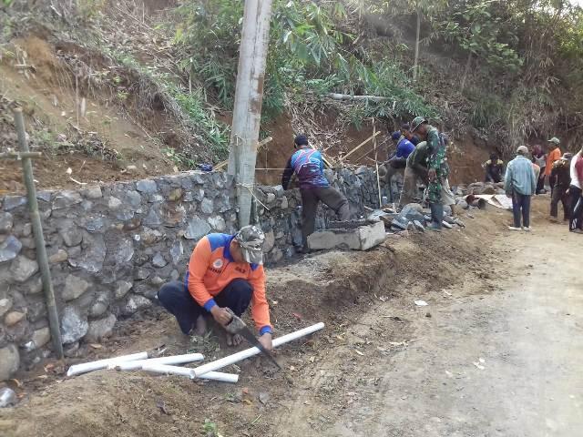 Warga di bantu TNI membuat tanggul penahan tanah di lokasi rawan bencana longsor Pegunungan Salem, Brebes, Jawa Tengah, Minggu, 6 Januari 2019. (Medcom.id/Kuntoro Tayubi).
